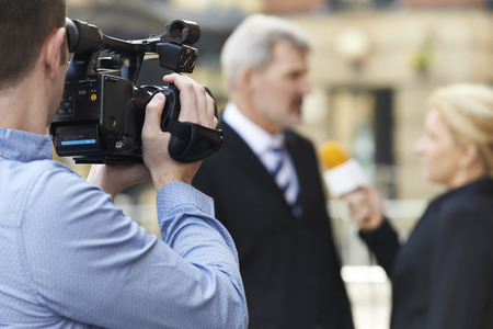 reportero: Camarógrafo de grabación Mujer Periodista Empresario Entrevistar