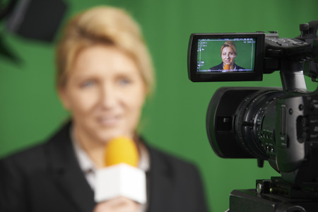 informe: Periodista Mujer Informe Presentando En Estudio de televisión Foto de archivo