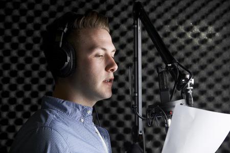 Man In Recording Studio parlant au microphone Banque d'images - 45556797