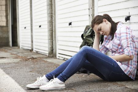 リュックと路上でホームレスの十代の少女