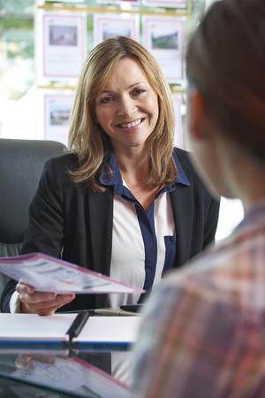 ?real estate?: Inmobiliaria Discutiendo la propiedad con el cliente en la oficina
