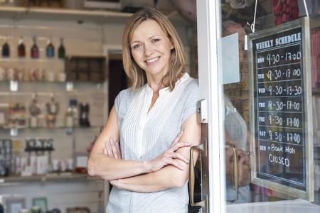 biznes: Właściciel upominkami Stałego W Doorway
