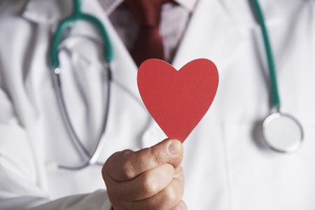 donacion de organos: Cerca De Corazón doctor Holding Cartón