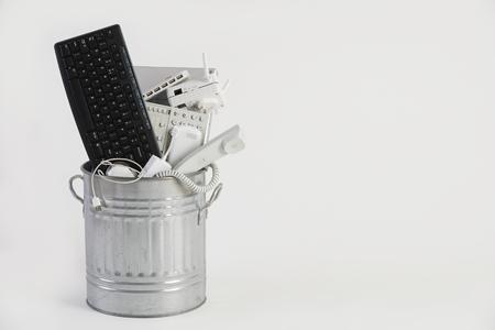 Mülltonne mit veralteten Büroausstattung Gefüllt Standard-Bild