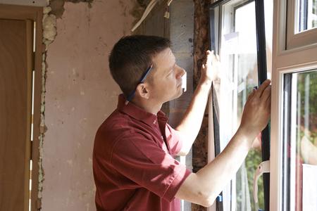 Bauarbeiter Einbau neuer Fenster im Haus