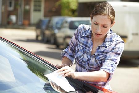 주차 티켓 찾고 좌절 된 여성 자동차 운전자