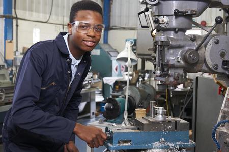 Man Apprentice Engineer Werken Aan Boor In Fabriek
