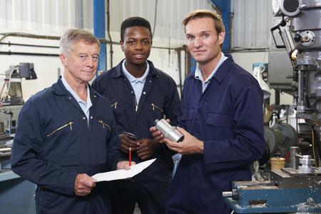 fabrik: Team von Ingenieuren, die Diskussion In der Fabrik Lizenzfreie Bilder