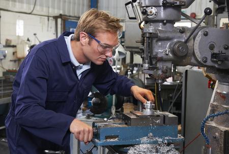 工場でドリルを使用する技術者