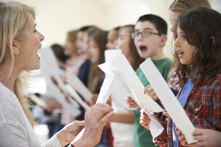 lekce: Děti ve zpěvu skupina je povzbuzen učitel Reklamní fotografie