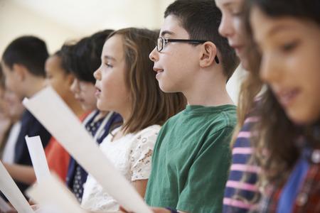 ni�o cantando: Grupo de escuela de los ni�os que cantan en coro Juntos