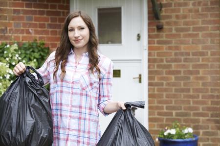 basura: Retrato De Mujer sacar la basura en bolsas