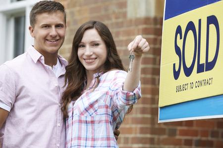 parejas felices: Pareja emocionados fuera de casa nueva celebraci�n Keys