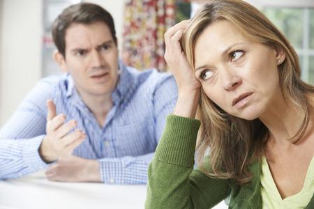 mujer enojada: Par Arguement a tener en el hogar  Foto de archivo