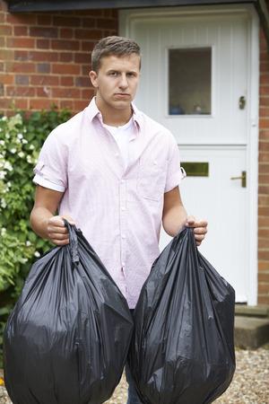 basura: Retrato del hombre sacar la basura en bolsas Foto de archivo