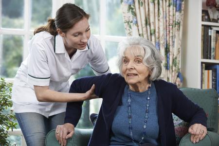 Péče Pracovník pomáhá starší žena se dostat nahoru Out Of předsedkyně Reklamní fotografie