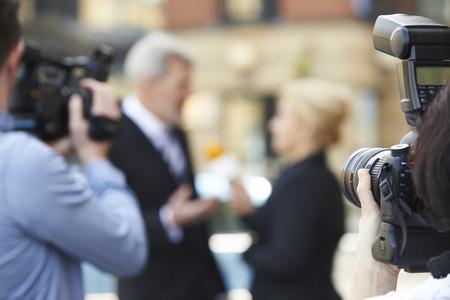 Fotograaf Opnamen Van Vrouwelijke Journalist Interviewen Zakenman Stockfoto
