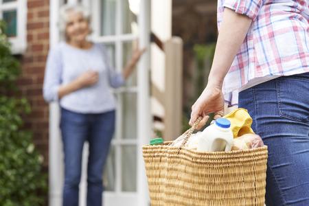 se�ora mayor: Persona Hacer Compras Para vecino de edad avanzada Foto de archivo