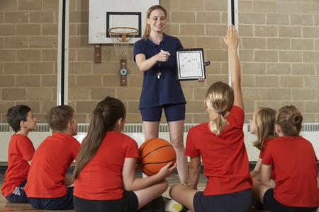 ausbildung: Coach Giving Teams im Gespräch mit Elementary School Basketball-Team