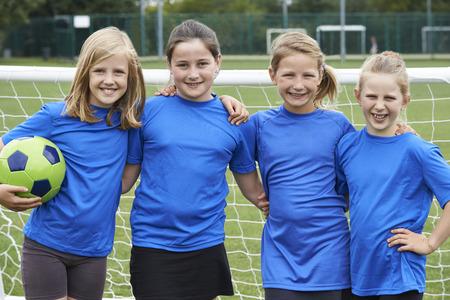 niños jugando en la escuela: Retrato del equipo de fútbol de la muchacha