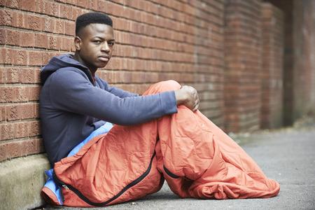 Narażone Nastoletni chłopiec śpi na ulicy