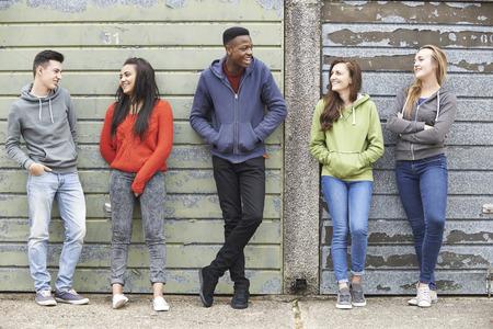 Bande d'adolescents de traîner dans l'environnement urbain