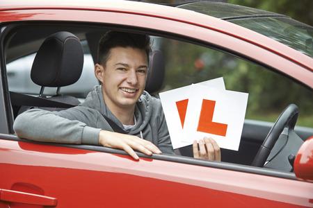 manejando: Adolescente sonriente en el coche Pasar examen de conducir