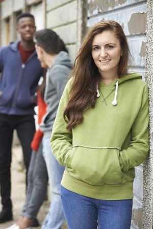 gang: Cuadrilla de Adolescentes colgante en Medio Ambiente Urbano