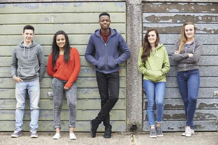 jeune fille adolescente: Bande d'adolescents de traîner dans l'environnement urbain Banque d'images