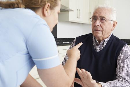 Hulpverlener mishandelen Bejaarde Stockfoto