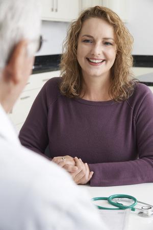 mujer gorda: Tallas grandes mujer reuni�n con el doctor en Cirug�a