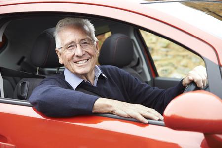 hombre manejando: Retrato de la sonrisa del hombre mayor que conduce el coche Foto de archivo
