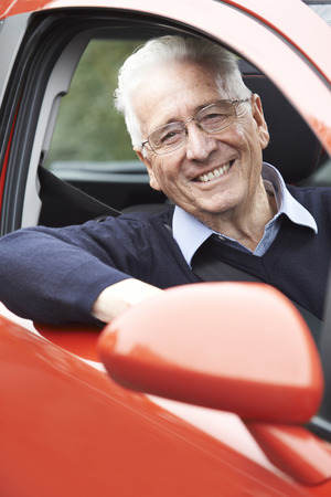 adulto mayor feliz: Portrait Of Smiling Senior Man Driving Car