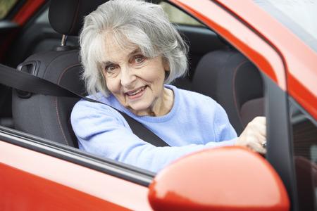mujeres ancianas: Retrato de la sonrisa de la mujer mayor que conduce el coche
