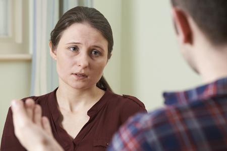 dos personas conversando: Deprimido mujer joven que habla con el consejero