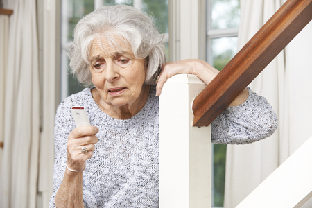 aide à la personne: Malaise femme senior Utilisation alarme personnel à la maison