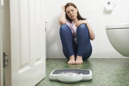 fille triste: Malheureux adolescente Assis par terre Regardant Pèse