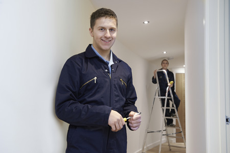 Elektriciens installeren Plafond Lichten In Binnenlands huis Stockfoto