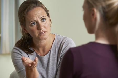 dos personas platicando: Mujer madura discutir los problemas con el consejero Foto de archivo