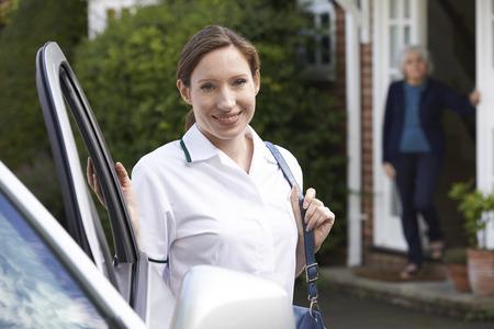 enfermeras: Mujer Cuidado Trabajador Visitante Mujer mayor en el país Foto de archivo