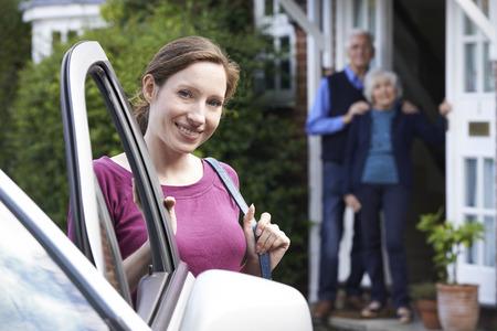 hombre conduciendo: La hija adulta Visitar padres mayores en el país Foto de archivo
