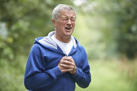 dolor de pecho: Hombre mayor que sufre ataque al coraz�n Mientras Jogging