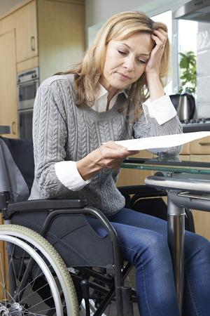 silla de ruedas: Mujer frustrada en la silla de ruedas de leer la carta