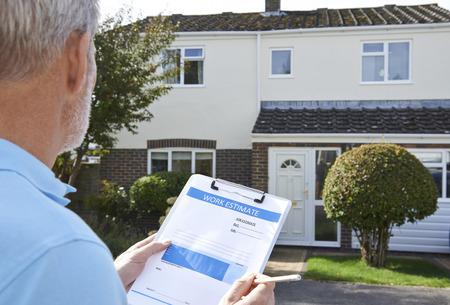albañil: Constructor Preparación estimación para el Exterior Home Improvement Foto de archivo