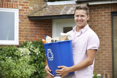 Portret Van De Mens Dragen Recycling Bin Stockfoto