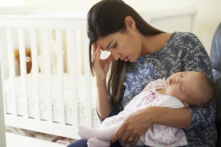 mujer llorando: Cansado de la madre que sufre de depresi�n posparto Foto de archivo