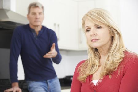 divorcio: Pareja madura que tienen argumento en el país