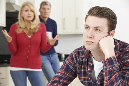 성인 아들이 집으로 좌절 성숙한 부모