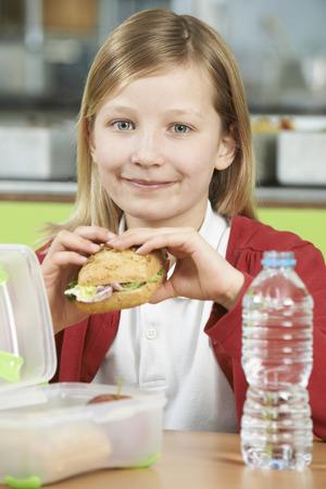 comedor escolar: Tabla niña sentada en En Embalado cafetería de la escuela alimentación saludable almuerzo