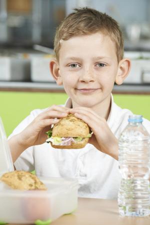 almuerzo: Cafetería Alumno que se sienta en la escuela de la alimentación saludable Almuerzo en lonchera